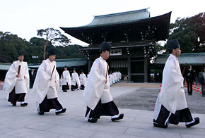 Shinto priests making their way to a new year ritual celebration  at Meiji Shrine in Tokyo, December 31, 1999.  They wear paulownia.© Reuters/CORBIS